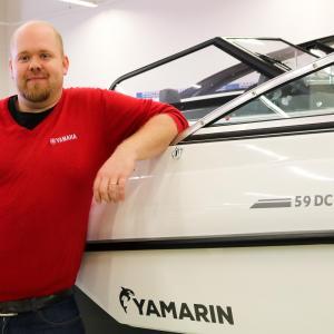 E3-Marin Oy:n toimitusjohtaja Sebastian Henriksson Yamarin 59 DC:n vieressä